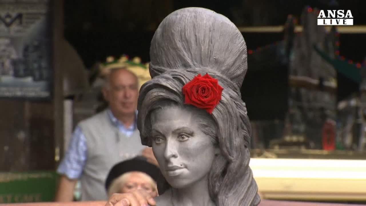 A Camden la statua di Amy Winehouse