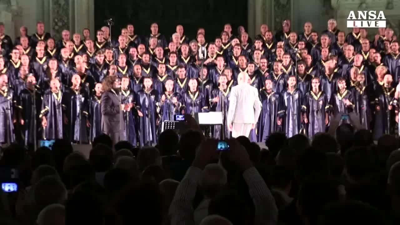 Mega coro gospel sul sagrato del Duomo