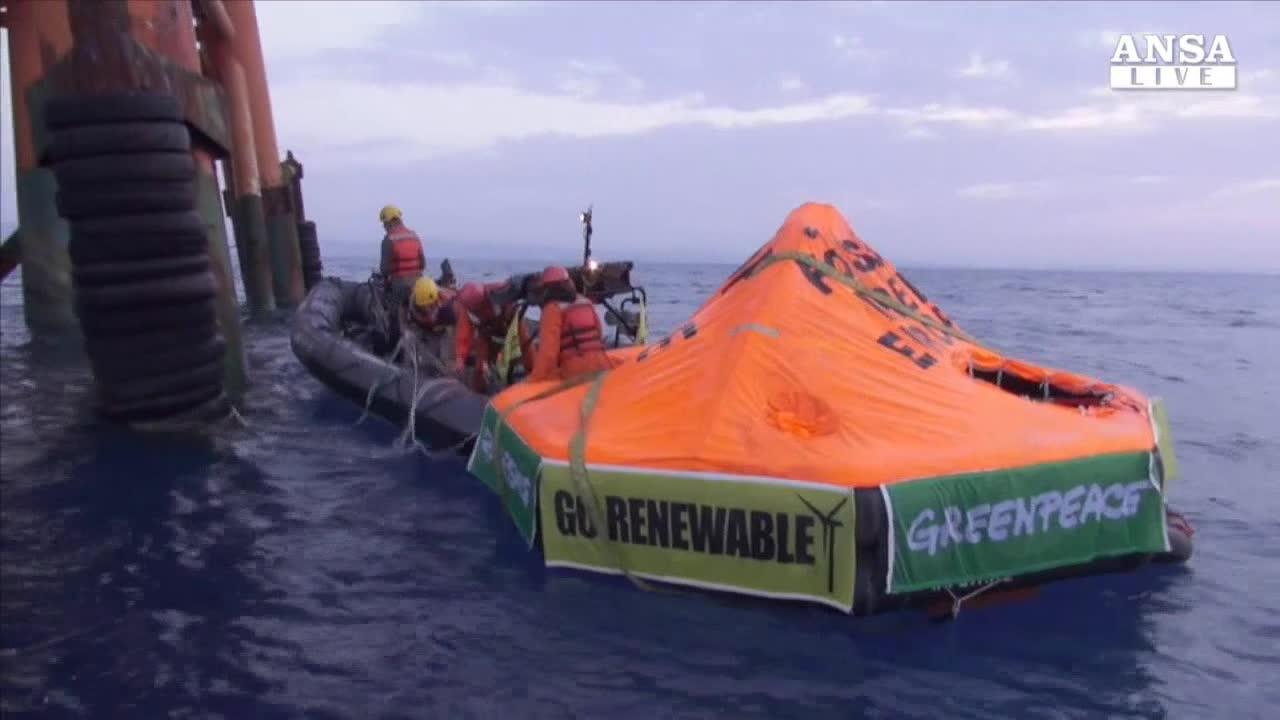 Trivellazioni: Greenpeace, in Sicilia assalto al mare
