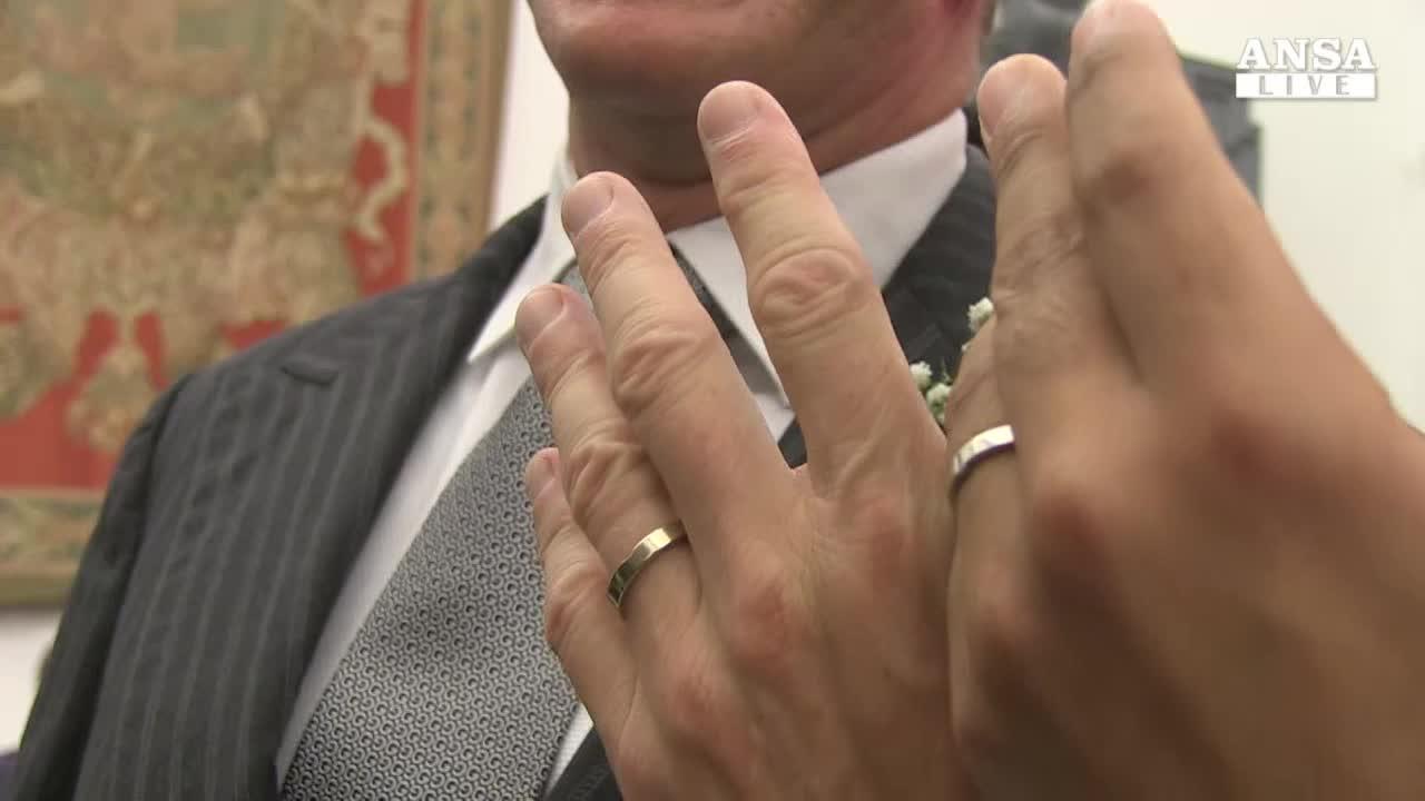 Gay chiede congedo dopo trascrizione nozze