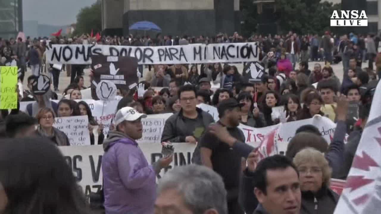 Messico: marcia per gli studenti spariti