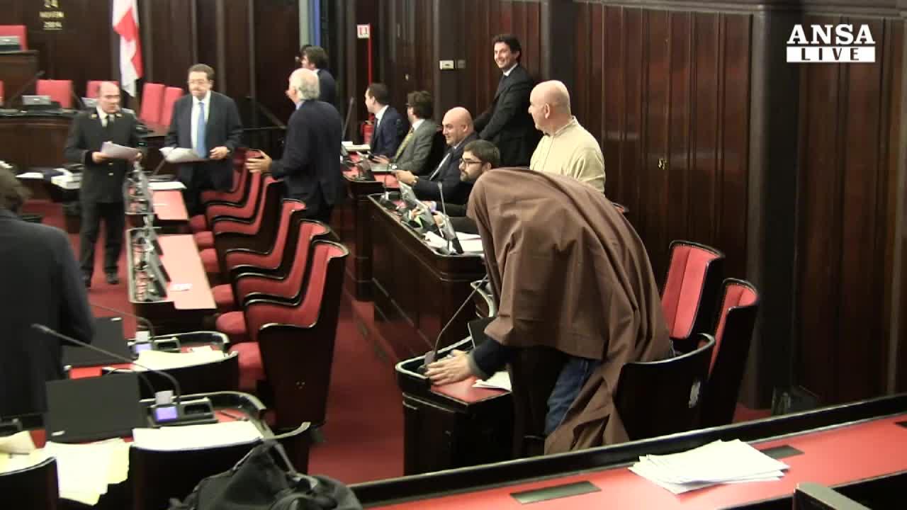 Leghista in burqa in aula a Milano