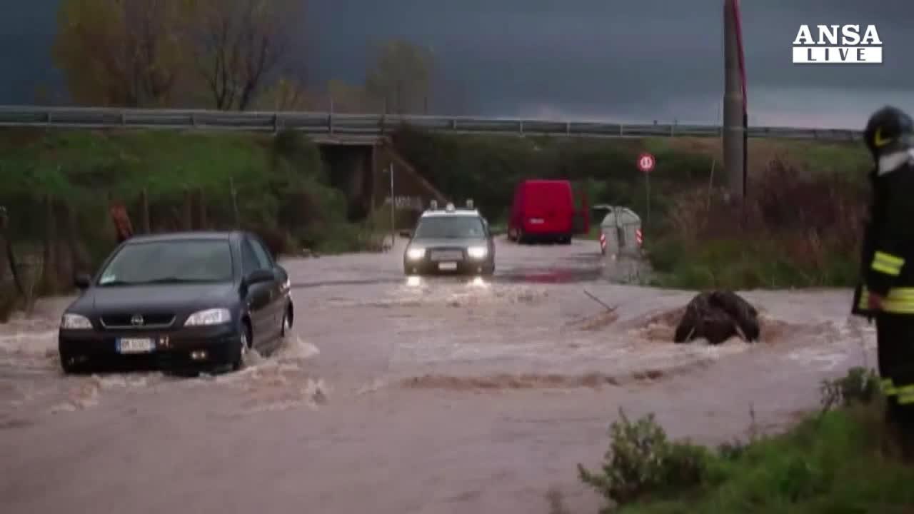 Maltempo: bomba d'acqua vicino Roma, allagamenti Toscana