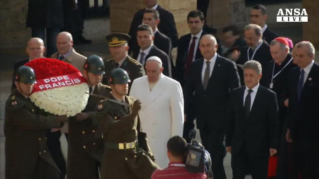 Papa in Turchia, lecito fermare l'Isis
