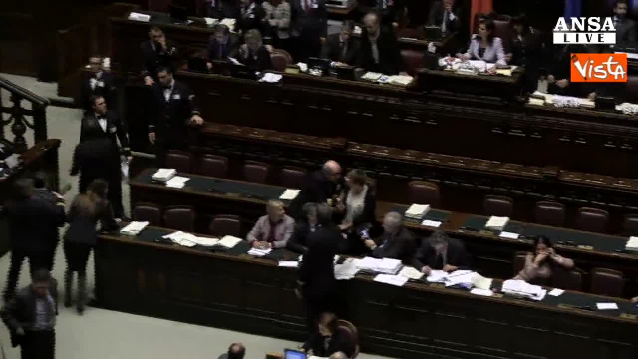 Proteste M5s alla Camera e nuovi addii