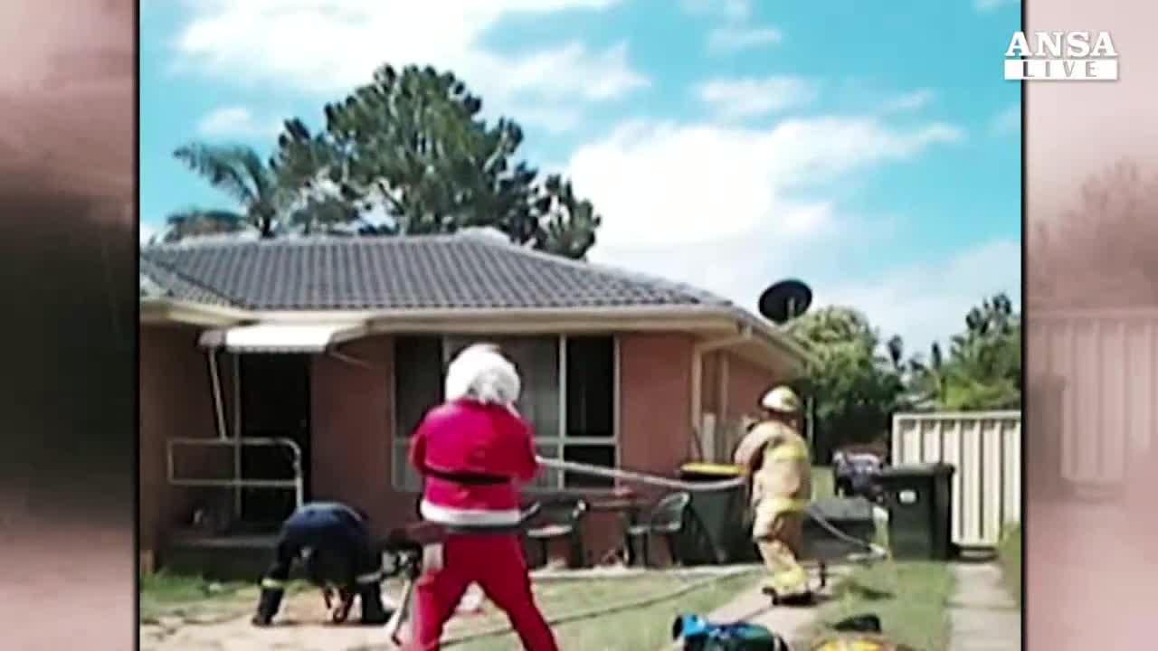 Babbo Natale pompiere salva ragazzo