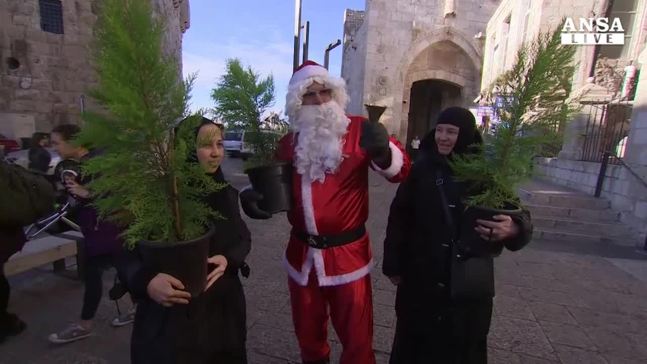 Gerusalemme, Santa Claus gia' 'in azione