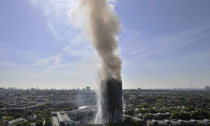 PM britânica anuncia investigação oficial a incêndio em edifício em Londres