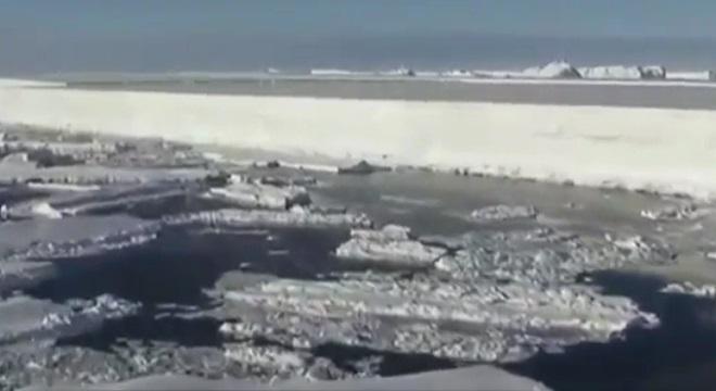 El iceberg más grande del mundo navega por el océano